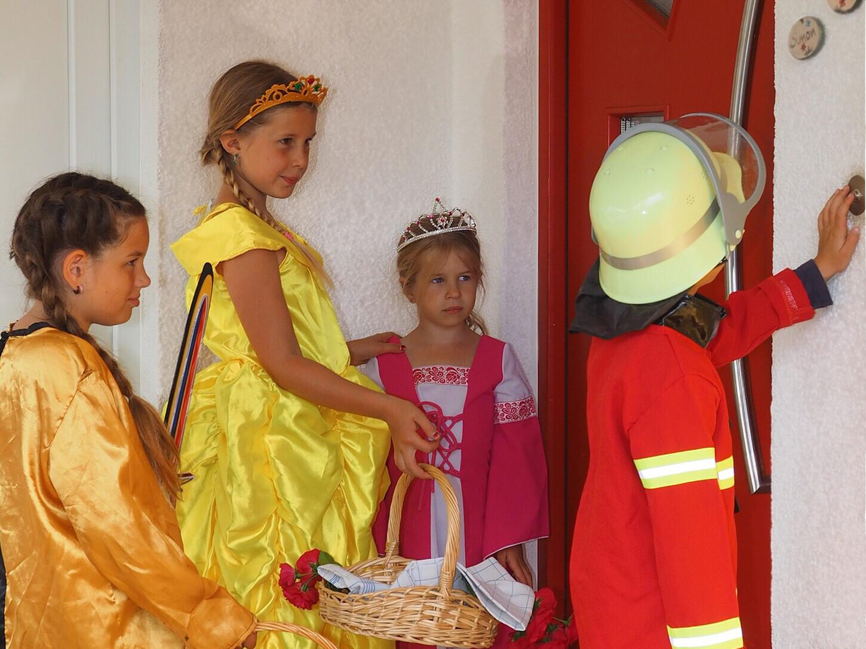Kinder als Heilige verkleidet unterwegs: Hl. Johanna, Hl. Elisabeth, Hl. Barbara und Hl. Florian